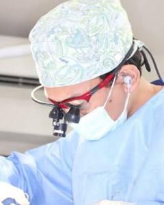 ⑩拡大鏡を使った手術。